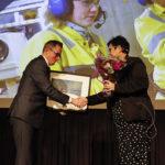 Jez Averty, leder for Drift Sør i Equinor, overrekkes Akan-prisen 2018 av statssekretær Anne Bramo ved Helse- og omsorgsdepartementet